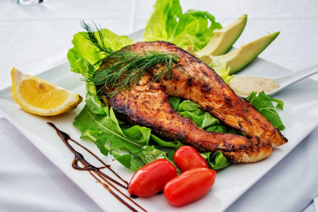Наше тело усваивает железо из мяса животных в два-три раза больше, чем из растительной пищи. Самые лучшие источники железа: Индейка Курица Говядина Рыба